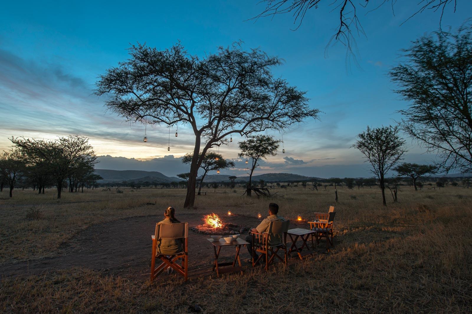 Romantisches Zelt-Camp am Abend