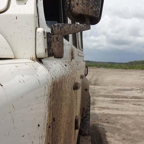 Landrover im Ndutu-Tal
